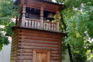 Деревянная колокольня украшает церковный ансамбль