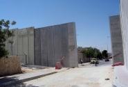 Еще раз напомню - вот такая стена на границе между Израилем и Палестиной