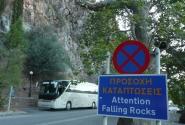 А не опасно ли  здесь останавливаться? Предупреждение для кого повесили?