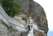 Храм прямо в горе. В крыму много подоюных. Каждый из них имеет историю, особенно если он на туристическом маршруте. Мужской монастырь