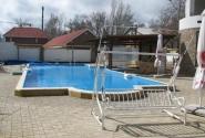 Бассейн с подогревом во внутреннем дворе отеля