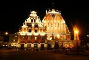 Дом Черноголовых в ночи