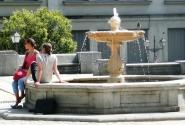 От жары все прячутся в фонтанах