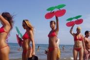 """Призыв загорелых девушек: """"Кушайте вишенки, ходите в Pashu, ездийте на Ibiza"""""""