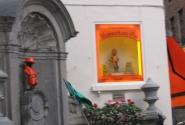 Писающий мальчик сегодня в модном оранжевом)
