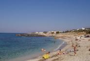 Пляж левее от Херсонисса. Самый грязный из всех видимых. Но вода по-прежнему прозрачна и чиста.