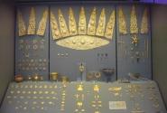 Золотые украшения сохранились прекрасно! От таких колечек я бы и сейчас не отказалась:)