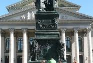 Без памятника никуда)