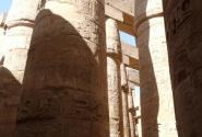 Гипостильный зал Сета I и Рамзеса II насчитывает 144 колонны.