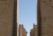 Впереди гипостильный зал. 12 из 144 колонн с капителями в виде раскрытых цветов папируса