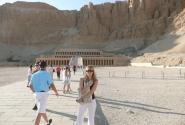 Женщина-фараон приветствует туристов в своём храме.