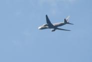 Самолёт пролетает низко над резиденцией