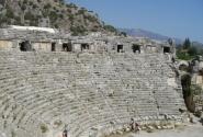 Театр традиционно размещался рядом со скальными захоронениями. Ведь и после мирском смерти, души предков должны были отдыхать и веселиться на представлениях...