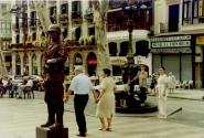 """живой """"памятник"""" на Рамблас. тоже актер. )) на заднем плане - знаменитый фонтан-самовар Каналетас."""