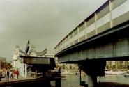 в Барселоне в Порт Велл есть настоящий разводной мост. Вот только разводится он... вбок. ))