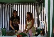 Горячие девушки ТБГ Люда Зубова и Оля Сергунина испоняют опасный танец с ножами вокруг праздничного стола. :)