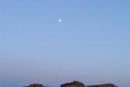 с другой стороны из-за горизонта уже взошла Луна