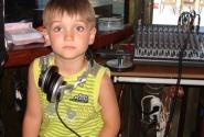 детское любопытство привело его в кабинку местного диджея )))
