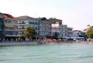 Вид на тыльную сторону отелей с моря