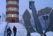 Бутафорский маяк со списками погибших моряков