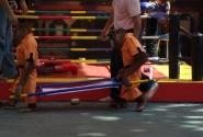 Шоу обезьян. Санитары с носилками для боксера в нокауте