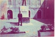 Я возле какого-то памятника. На заднем плане - дама бальзаковского возраста.