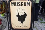 Вывеска музея... могли бы и молодого Ибсена нарисовать :)
