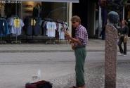 Уличный музыкант, явно бывший баскетболист