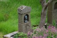Эта могила находится прямо в садике дома...