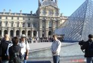 у вход в Лувр