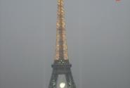 Вид с Трокадеро на башню. туманный вечер