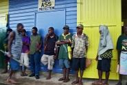 Порт-Морсби. двери магазина по продаже горячительных напитков распахнутся только в полдень. А местные «синяки», как у нас когда-то, уже стоят и вожделенно ждут открытия.