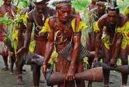 «Ритуальный танец каннибалов». Находясь в гостях у племени, мы увидели ритуальный танец, напоминающий битву.