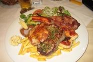 порция горячего блюда, в ресторане Strass. стоит 13 евро