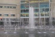 хаотичный фонтн у торгового центра Suria KLCC