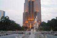 фонтаны перед входом в башни Петронас
