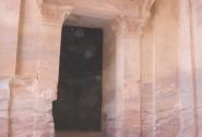 Боковой вход в Аль-Хазну