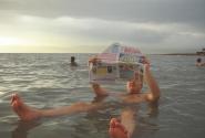 Почему бы не почитать газету, покачиваясь на волнах Мёртвого моря
