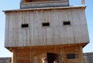 Наша рабочая группа у восстановленной крепостной башни XVIII века