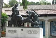 Буйе. Памятник на другой стороне площади.