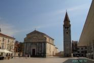 Умаг. Площадь с Собором Блаженной девы Марии (слева) и Колокольней (справа)