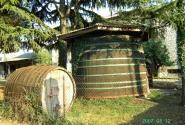 Новиград. Старые винные бочки. Взгляд на винный погребок со стороны стоянки.