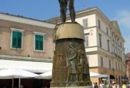 Ровинь. Мальчик в фонтане есть в каждом городе :)