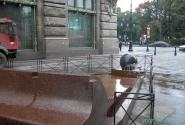 Это фонтан и гранитный шарик, лежащий на струе воды.