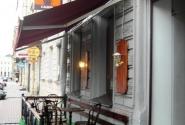 Кофейный салон - летом к двум зальчикам добавляются столики на улице,