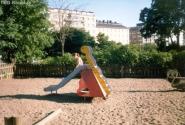 Площадка для самых маленьких - с обязательным заборчиком и зеленью вокруг