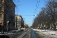 Справа - деревья сада РАХ, слева (рыжие машинки) - Бугский переулок.
