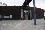 Площадка за мостиком - вход в музей.