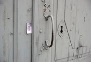500 рублей - как мерило размера замочной скважины и ключа. Вспомнилась Женщина в белом - смерть сэра Персиваля Глайда.