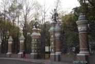 Ограда Михайловского сада строилась одновременно с храмом и составляет с ним единный ансамбль.